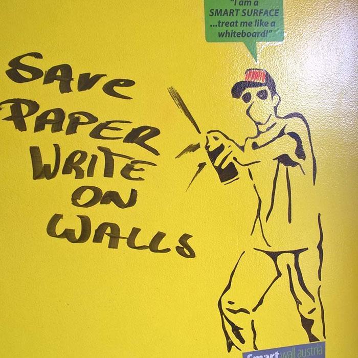 pittura lavagna trasparente pitturata su muro giallo per creare lavagna enorme