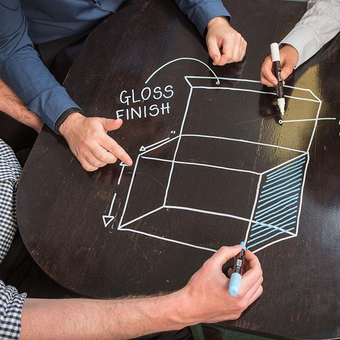 pittura lavagna trasparente applicata su tavolo nero reso scrivibile