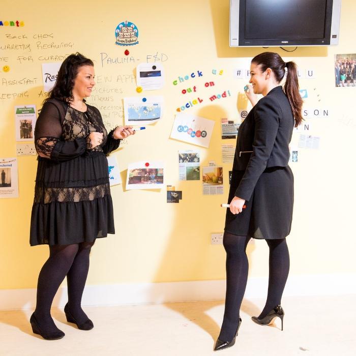 vernice magnetica e lavagna trasparente usata in una riunione
