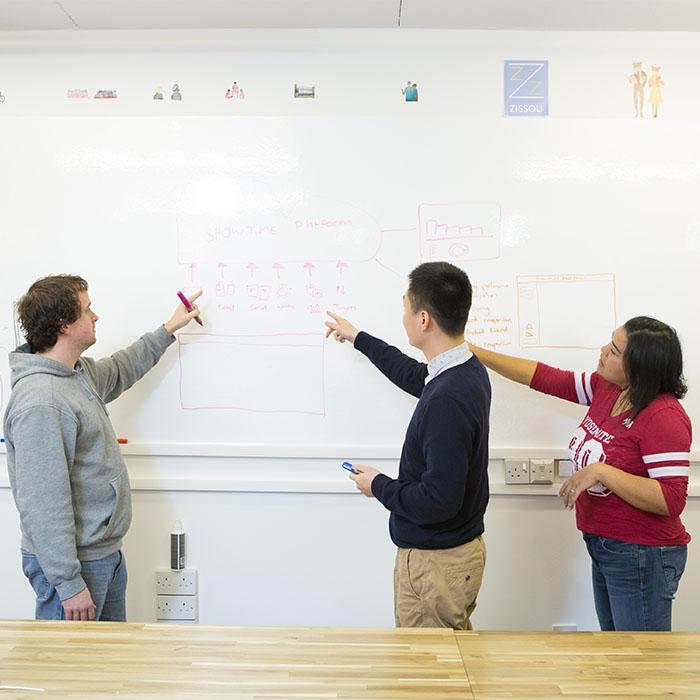 Creazione del design di un app su muro con carta da parati lavagna bianca smart applicata