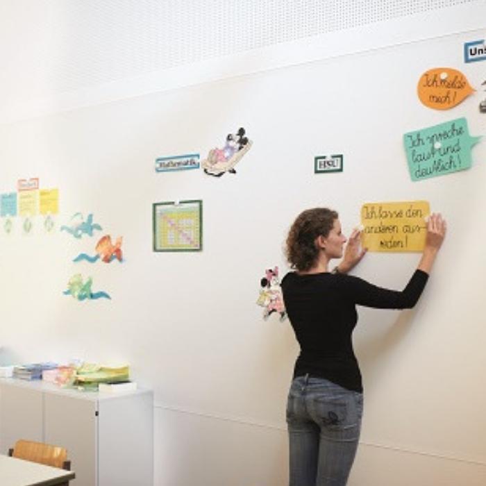 muro funzionale magnetico con carta da parati effetto calamita usato a scuola per insegnare