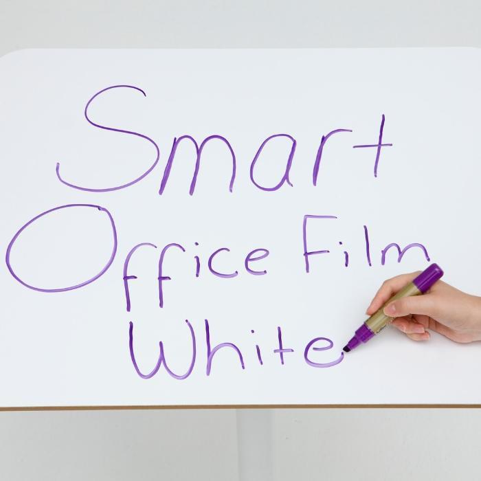 pellicola adesiva effetto lavagna bianca smart applicata sulla scrivania