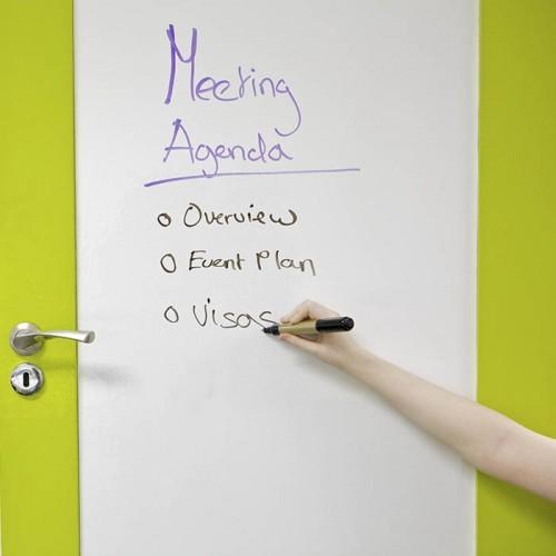 porta della sala riunioni con pellicola smart lavagna scrivibile pennarello