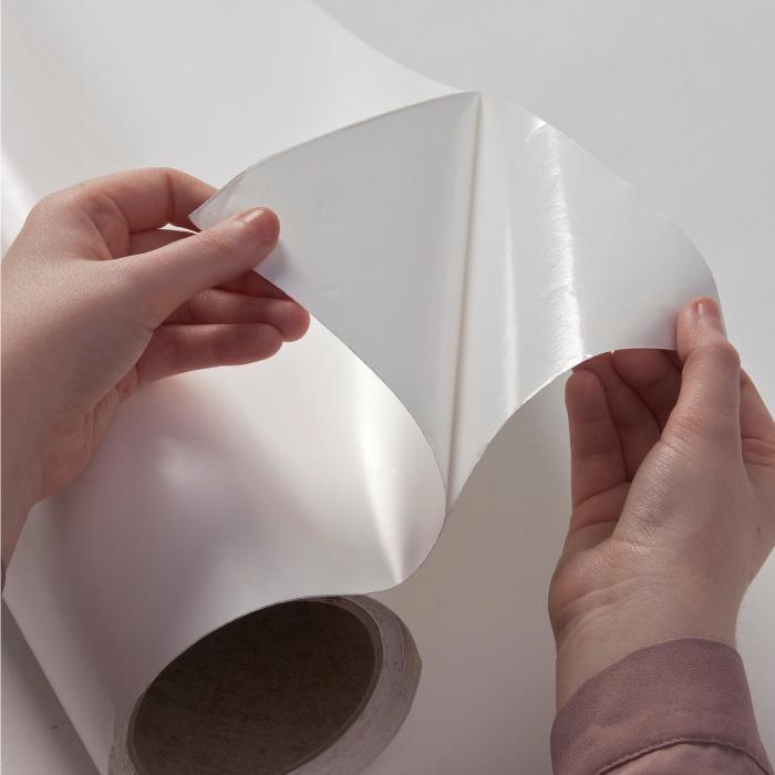 primo piano di pellicola adesiva brillante effetto lavagna bianca smart