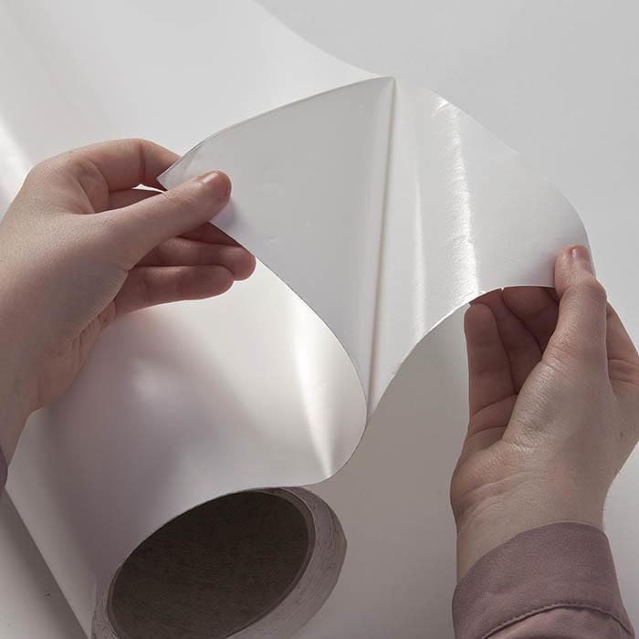rimozione della pellicola lavagna e proiettore smart dal sostegno di carta