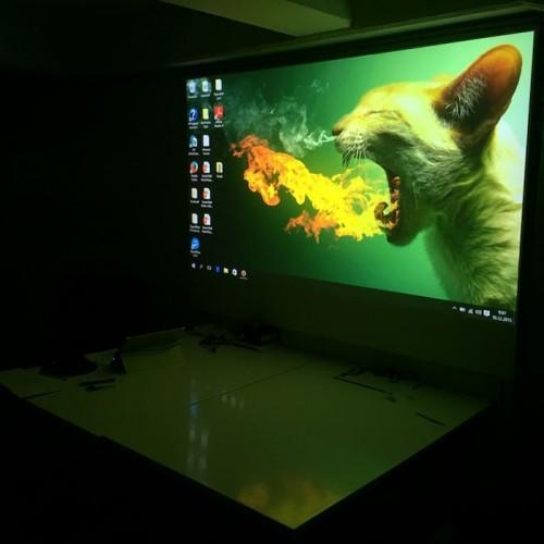 immagine brillante proiettata su muro di proiezione verniciato con pittura proiettore smart
