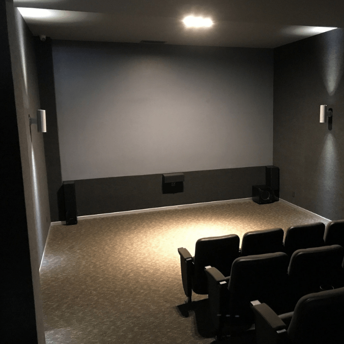 pittura proiettore contrasto smar applicata su muro per creare schermo cinema
