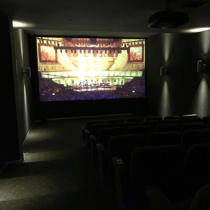 cinema a casa creato con pittura proiettore smart contrasto