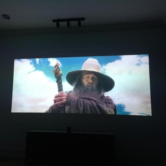 film proiettato su muro con vernice di proiezione alto contrasto