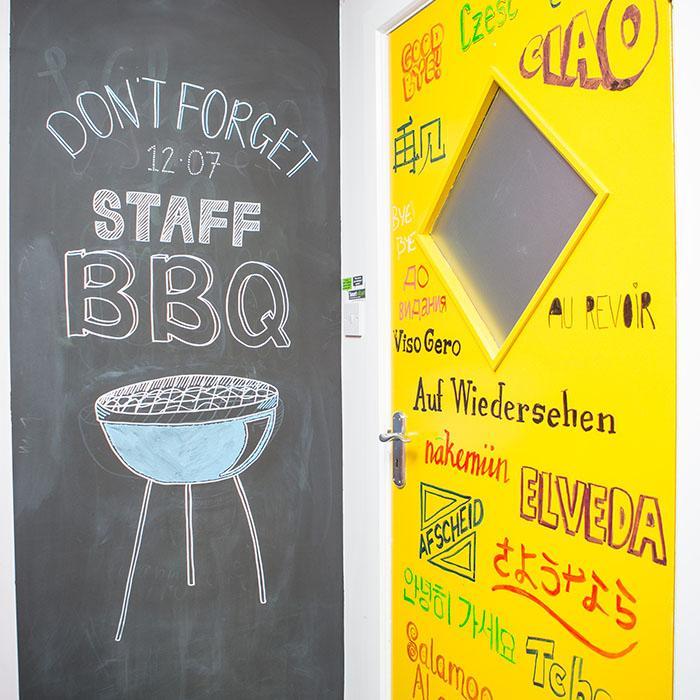 muro lavagna a gesso su parete ufficio usando vernice lavagna nera smart