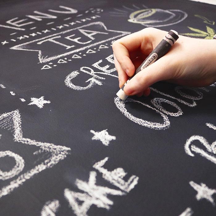scrivere con gesso su pittura lavagna nera smart applicata su banco